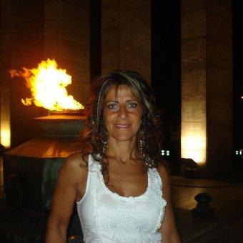 Mi nombre es Julia y vivo en Madrid, estoy soltera y no me importaría conocer a un hombre.