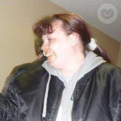 Mujer que le gusta jugar con su boca