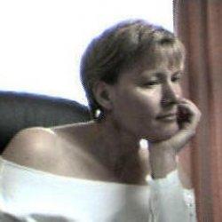 Mujer de pueblo aburrida y cansada