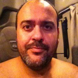 Moreno, ojos marrones, 1, 83 cm, 120 kg, complexión fuerte