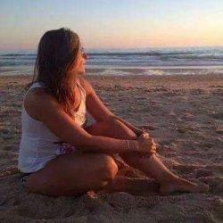 Pasear por la orilla de la playa en días de nubes