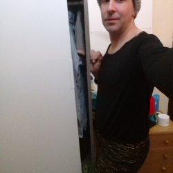 Un chico afeminado que le gusta vestir de chica y adicta a la cocaína.